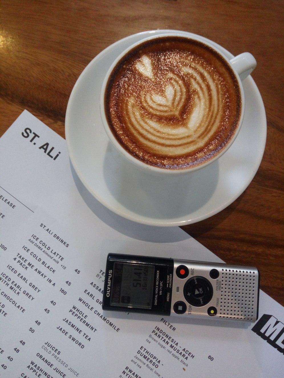 Komposisi gambar dengan cup salah satu cara menilai latte art