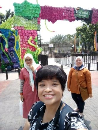 Dari foto di gerbang Flona, makan Mangga kembang hingga foto dengan abang dan none Jakarta Pusat