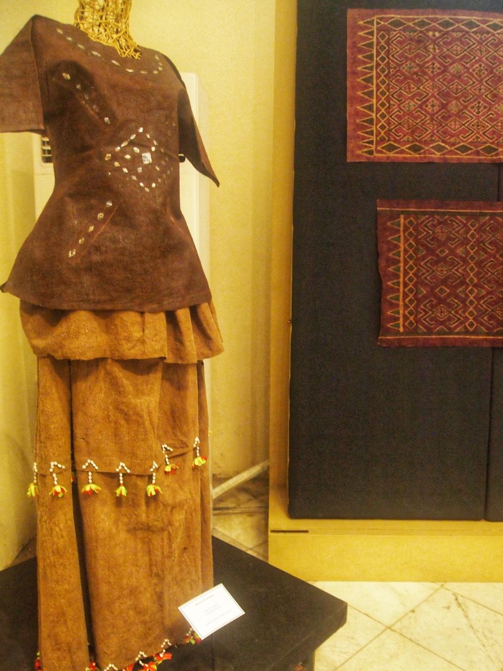 Berbagai jenis Kain Indonesia yang memiliki corak dan warna beragam